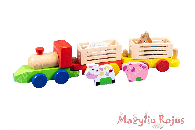 Medinis traktorius su priekabomis ir gyvūnais
